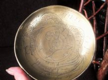 VINTAGE SMALL SOLID BRASS DISH ORIENTAL CHASED DRAGON DESIGN TINY PEDESTAL BASE